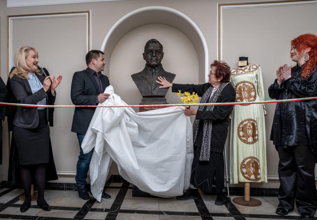 Явор Пенев при откриването на бюста на Стоян Бъчваров