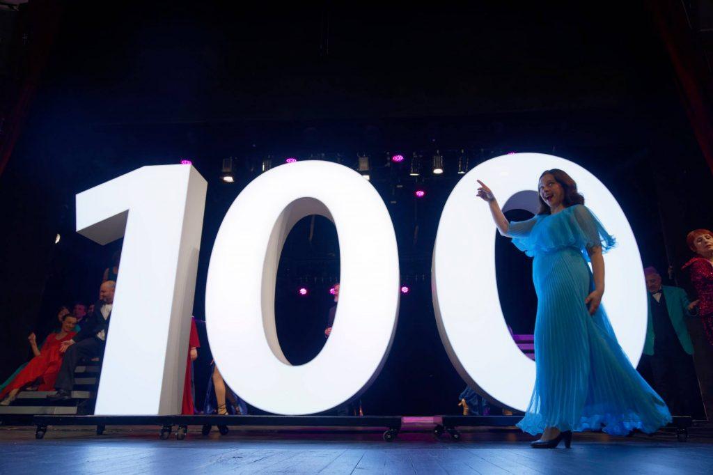 """Момент от спектакъла """"100!"""""""
