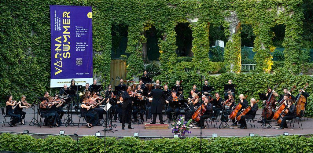 Марио Хосен и Софийската филхармония с диригент Найден Тодоров, снимка Росен Донев 1